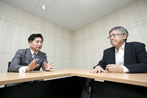 サイバーエージェントでゲーム事業を統括する取締役副社長の日高裕介氏(左)と、一連の騒動を追い続けてきた著名ブロガーの山本一郎氏(右)(撮影:的野弘路、以下同)