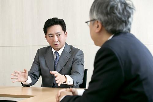 <b>日高 裕介(ひだか・ゆうすけ)</b> 1974年、宮崎生まれ。1997年、慶應義塾大学総合政策学部卒業、インテリジェンスに入社。1998年、サイバーエージェントを共同創業者として設立、常務取締役に就任。EC事業の立ち上げやメディア事業の広告部門などを担当した後、2009年にゲーム事業を立ち上げ、2010年に取締役副社長に就任