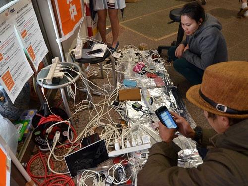 被災地での情報収集や発信に携帯電話やスマートフォンは重要。熊本県益城町の避難所でも充電に人が集まる(写真:つのだよしお/アフロ)
