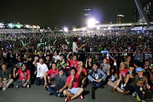 イベントに集結した数千人のイングレスファンと記念撮影をするなど、ゲームファンとの交流も熱心だ