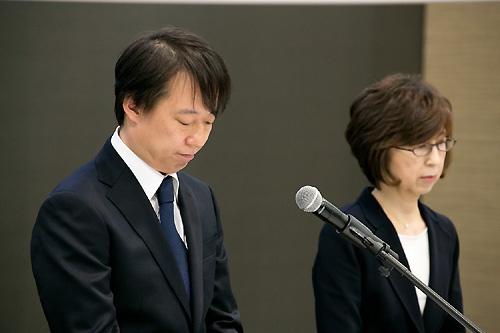 12月7日、DeNAの守安功社長(左)が南場智子取締役会長とともに臨んだ会見は3時間超に及んだ(撮影:的野弘路)