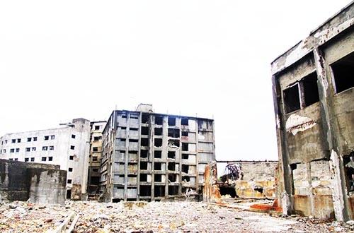 住人が誰も住まなくなってゴーストタウンと化した長崎県・軍艦島。(写真:PIXTA)