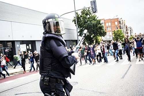 カタルーニャ州住民に対する警察の暴力行為は、SNSを通じて全世界に拡散された。(写真:UPI/amanaimages)