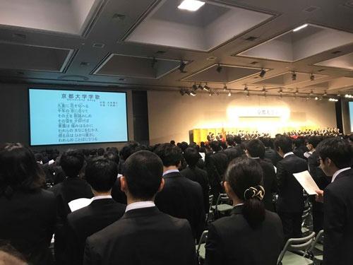 式は京大の歌を歌い、山極壽一総長のお話を拝聴して終わりというあっさりしたものでした。こんな歌があるのですねえ。もちろん入学生は誰も知らず、歌っていませんでしたが