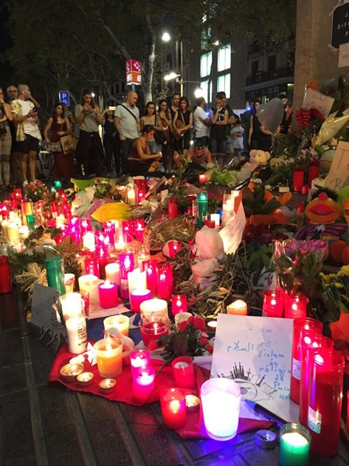 ランブラス通りで行われた慰霊祭の様子です