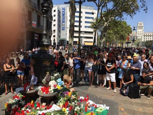 多くの人が慰霊のために祈りを捧げた
