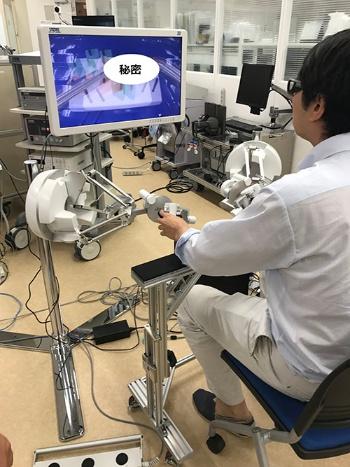 おお、滑らかに作動!いいなあ、こんな機械で手術をしたら楽だろうなあ