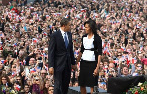 プラハでの「核なき世界」演説に臨むオバマ大統領(左)もミシェル夫人(写真:ロイター/アフロ)