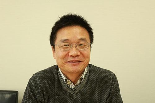 <b>宋文洲(そう・ぶんしゅう)氏</b><br/ >1963年中国山東省生まれ。中国国費留学生として85年に北海道大学大学院に留学し、工学研究科の博士課程修了。89年に起きた天安門事件のため帰国せず、札幌の会社に就職したが、すぐに倒産。92年にソフトブレーンを創業し、独自開発の営業支援ソフトの販売やコンサルティング業務で会社を成長させた。2005年に東証1部に上場。42歳でソフトブレーンの経営から引退し、生活の拠点を北京に移す。