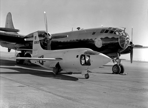 B-29(奥の機体)。手前にあるのはチャック・イェーガーが操縦して世界で初めて音速を突破したベルX-1実験機(前回参照。画像:NASA)