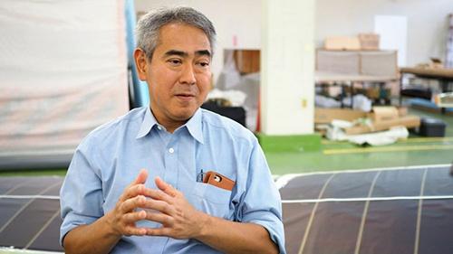 """<b>四戸 哲</b>(しのへ さとる)有限会社オリンポス代表取締役。1961年、青森県三戸郡生まれ。小学生時代に見た三沢基地でのブルーインパルスのアクロバット飛行を見たことが航空エンジニアを志すきっかけとなった。学生時代のヒーローは航空エンジニアの木村秀政氏。高校卒業後に木村氏が教授として在席している日本大学理工学部航空宇宙工学科に入学し、日大航空研究会に所属。卒業後、日本には極めて珍しい、航空機をゼロから設計する会社としてオリンポスを創業。木村氏を顧問に迎える。以後、軽量グライダー、メディアアーティスト八谷和彦と、『風の谷のナウシカ』に登場する架空の乗り物「メーヴェ」を模した一人乗りのジェットグライダー(<a href=""""/article/interview/20131204/256706/"""" target=""""_blank"""">こちら</a>)の機体設計・製作を担当。国産初の有人ソーラープレーン「SP-1」、「95式1型練習機(通称・赤トンボ)」の復元プロジェクト、安価な個人用グライダーの開発・製造を行っている。"""