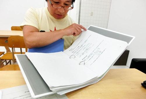 八谷和彦氏が持っているのが、M-02Jの試験飛行のために提出を求められた書類を収めたフォルダ。「これは初回提出の書類で、その後の審議の途中でいくつか追加書類を求められ、別に提出していたりもします。例えば、耐空性審査要領への適合状況リストや、エンジン騒音検査の結果などです」(八谷氏)。