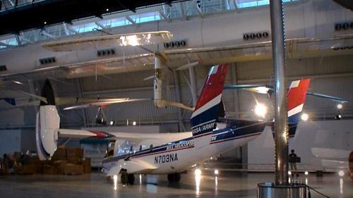 スミソニアン航空宇宙博物館別館に展示されている「ゴッサマー・コンドル」(写真上方、撮影:松浦晋也)。下の機体はティルトローター実験機のベルXV-15(1977年初飛行)。オスプレイ実用化に向けた試験機といえる機体。