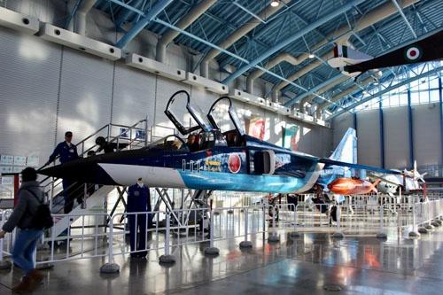 ブルーインパルスの塗装を施したT-2練習機(航空自衛隊浜松広報館にて。撮影:松浦晋也)