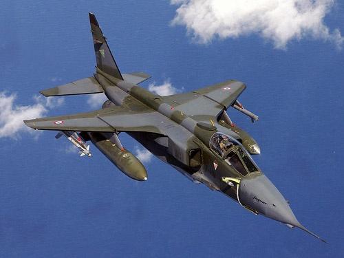 """フランス空軍のジャギュア攻撃機(画像:By DoD photo by: TSGT MIKE BUYTAS, USAF - <a rel=""""nofollow"""" class=""""external autonumber"""" href=""""http://www.dodmedia.osd.mil/DefenseLINK_Search/Still_Details.cfm?SDAN=DFSD0505511&amp;JPGPath=/Assets/Still/2005/Air_Force/DF-SD-05-05511.JPG"""">[1]</a>, Public Domain, <a href=""""https://commons.wikimedia.org/w/index.php?curid=2390761"""">Link</a>)"""
