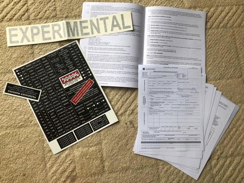 提出用書類、チェックリスト、機体に貼るシール類など、至れり尽くせりの内容である。