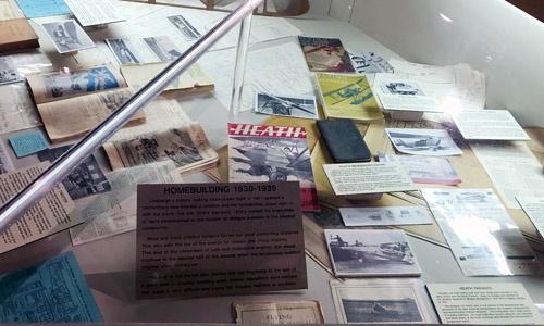 1930年代に流通していたホームビルト機の設計図やマニュアル類(右)。