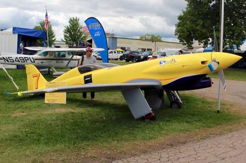 エアレースに参加する自作機は、今でも技術革新の源泉のひとつである。この機体はリノ・エアレース(毎年9月にネバダ州リノで開催される大規模なエアレース)の「スポーツクラス」というカテゴリーで2007年に優勝した「ネメシスNXT」(ただしこの機体は優勝したその機体ではなく同型機)。最高速度は600km/hを超え、かつての零戦よりもはるかに速い。そんな機体が、オシコシでは当たり前のように展示参加していた。