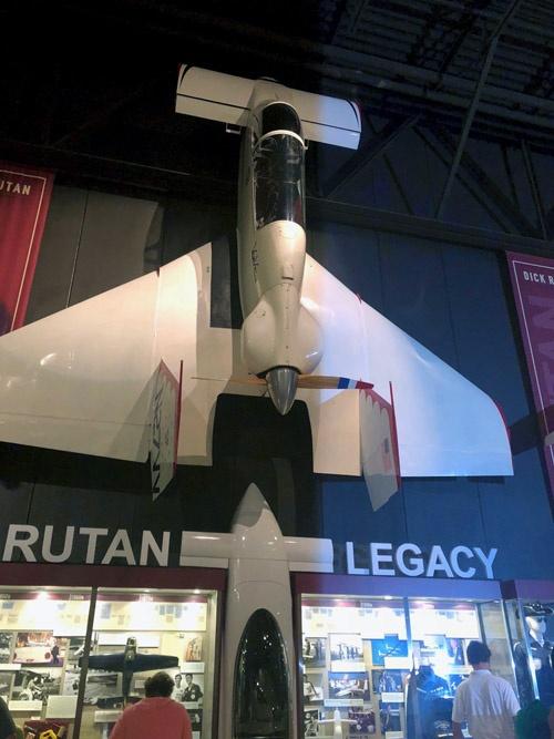 EAA Aviation Museumのバート・ルータンを顕彰する展示の冒頭部分。ルータン初のホームビルト機「バリ・ビゲン」(上)の下のショーケースには、十代のルータンが作った模型飛行機が展示されている。