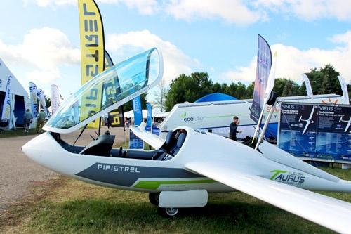電動モーターグライダーの例。Pipistrel Aircraftの「Taurus Electro」という機体。操縦席後ろの胴体からモーターとプロペラが付いた支柱が立ち上がる。滑空時は胴体内に収納して空気抵抗を小さくする設計。