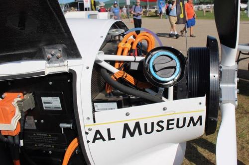 Pipistrel AircraftのAlpha Trainer(上)、機首に搭載された電動モーター(下)。モーター出力は50kW(67馬力)。