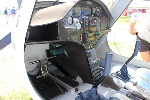 Alpha Electroの操縦席。操縦席は教官と練習生が並んで座るサイドバイサイド形式。
