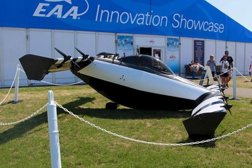 Openerの電動垂直離着陸機「BlackFly」。胴体の前後にくし形に翼を装備し、それぞれの翼に片側2基、合計8基のモーターを装備している。