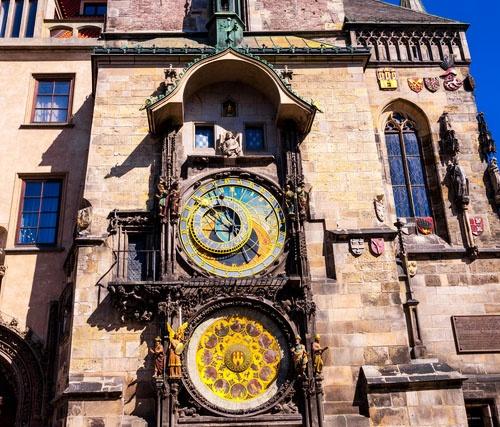 チェコの首都プラハの旧市庁舎にある15世紀製作の天文時計。機構部分の製作・設置は1410年で、おそらく1490年頃に暦表盤の追加などが施されたとみられている(写真:PIXTA)