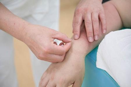 鍼灸師による治療を許可して欲しいと、担当の医師に提案をした。※写真はイメージです(写真:PIXTA)