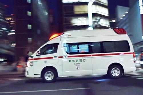 深夜、救急車で近くの救急病院へ。(写真:PIXTA)