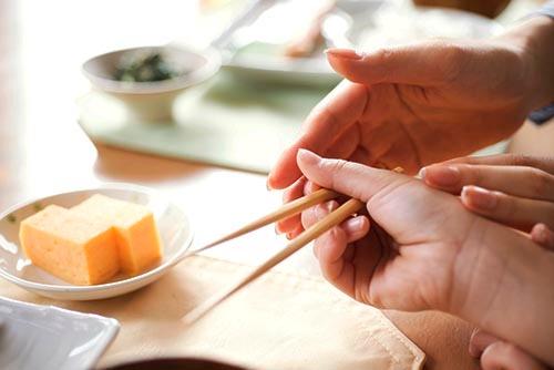 2本の箸を、どの指で、どう持ったらいいのか。それがわからない。(写真:PIXTA)