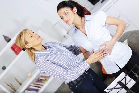 通る声を出すためには「腹式呼吸」を身に着けたい。息を吸った時に腹部前方だけでなく、横腹や後ろ側の腰の方も膨らむように練習する。腹回り全体が外側に膨らむイメージ。(写真:auremar/123RF)