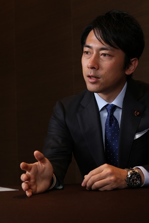 <b>小泉進次郎氏(36)</b><br />2004年関東学院大学卒、米国戦略国際問題研究所(CSIS)研究員を経て09年衆院議員初当選、自民党農林部会長。神奈川県出身