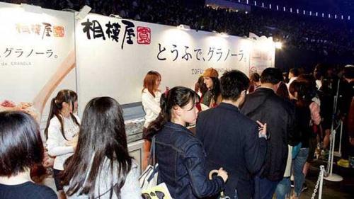 互いを知らなかった「A」と「B」の出会いが新しいヒット商品を生む(写真は2016年3月19日開催の 「TOKYO GIRLS COLLECTION 2016 S/S」で、相模屋食料ブースに並ぶ観客たち)©TOKYO GIRLS COLLECTION 2016 S/S
