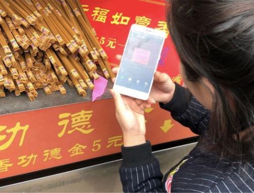 お寺のお線香をQRコード決済で購入する模様(撮影は滝沢氏)
