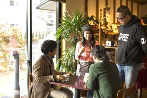 気仙沼の「アンカーコーヒー」でインターンとして働いたタイ出身の学生