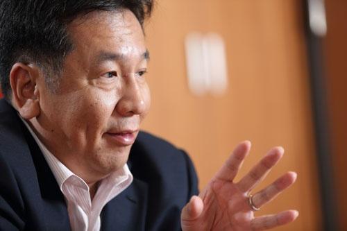 枝野幸男(えだの・ゆきお)<br>1964年栃木県生まれ、52歳。87年東北大学法学部を卒業、91年弁護士登録。93年7月に日本新党から出馬して衆院初当選。96年に旧民主党(現民進党)の結成に参加。2002年、旧民主党政調会長に。2009年の政権交代後、2010年に行政刷新担当大臣を経て党の幹事長に就任。2011年に内閣官房長官に就任して、東日本大震災の対応に当たる。その後、経済産業大臣などを歴任し、2014年から党幹事長に。衆院当選8回。(インタビュー写真は村田和聡)