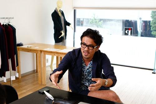 奥ノ谷 圭祐氏(おくのや・けいすけ)。東京・渋谷の中小アパレル企業、ピーアイ代表取締役。いつでも短パンを履く「短パン社長」として、バラエティ番組などに出演。ファッション専門学校卒業後、ほかのアパレル企業勤務を経て2006年、家業であるピーアイに入社。2010年から現職。39歳。(写真:竹井俊晴)