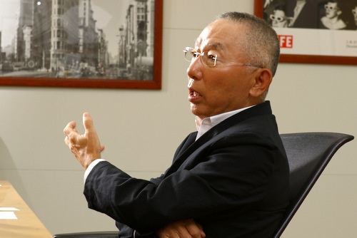 <b>柳井 正(やない・ただし)氏</b> 1971年早稲田大学政治経済学部を卒業し、ジャスコ(現・イオン)に入社。72年、実家の小郡商事(現・ファーストリテイリング)に転じ、84年から社長。同年、ユニクロ1号店を広島市に出店。会長就任などを経て、2005年から現職。山口県出身、67歳。(写真:竹井 俊晴)