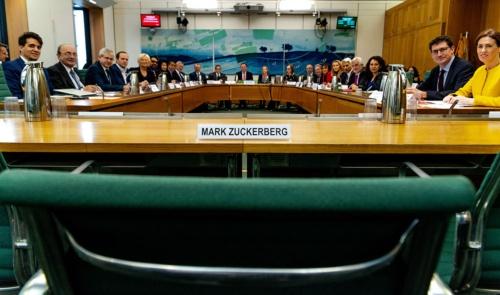 特別委は27日、この画像に「ザッカーバーグ氏はどこに?」とツイートし、痛烈に皮肉っている(写真:英下院提供Gabriel Sainhas撮影)