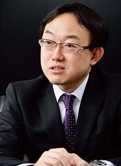 <b>加藤 出(かとう・いずる)氏</b><br/>東短リサーチ社長 チーフエコノミスト。1965年生まれ。横浜国立大学経済学部卒、同年4月東京短資入社。短期市場のブローカーとエコノミストを兼務後、2002年2月に東短リサーチ取締役、2013年2月より現職。マーケットの現場の視点から日銀、FRB、ECB、中国人民銀行などの金融政策を分析している。