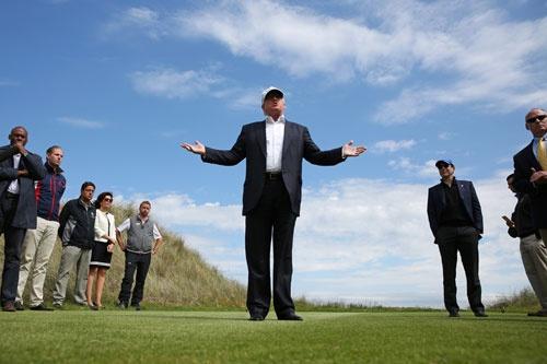 今年6月、改装オープンしたゴルフ場を視察するために英国を訪れたトランプ氏(写真:ロイター/アフロ)
