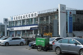 長安汽車は独自ブランド車でのEV展開に乗り出している(北京の専売店)