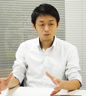 日本ブラインドサッカー協会 事務局長兼 事業戦略部長の松崎英吾氏。大学生時代にブラインドサッカーに出合う。卒業後は出版社に勤める傍らでブラインドサッカーに携わっていたが、2007年に事務局長に就任。ブラインドサッカーを通して「視覚障がい者と健常者が当たり前に混ざり合う社会」を実現するために、さまざまな事業を推進している。