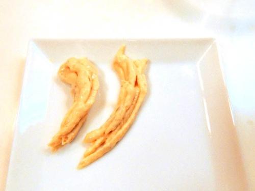 左がクリコ先生が絞り出したお手本の海老の形、右は助っ人Fの…海老に、見えます?