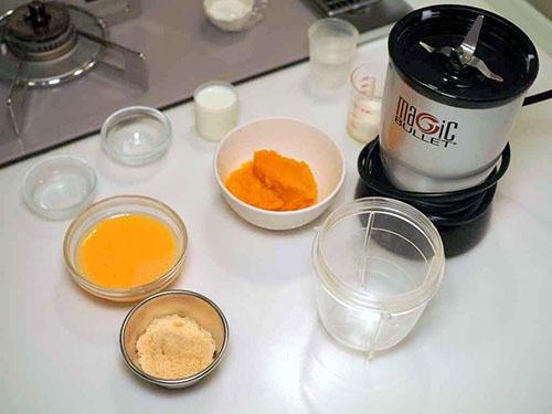 中央オレンジ色がかぼちゃのピュレ、黄色い液体が卵液(黄身と白身を混ぜたもの)、薄茶色の粉は三温糖。卵液の上の小さい容器が調味の塩とゼリー化パウダー