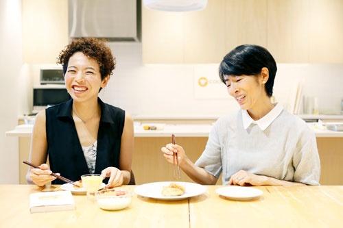 クックパッドの小竹貴子さん(写真内左)と『希望のごはん』著者であり、介護食アドバイザーのクリコさん(撮影:千倉 志野、ほかも同じ)