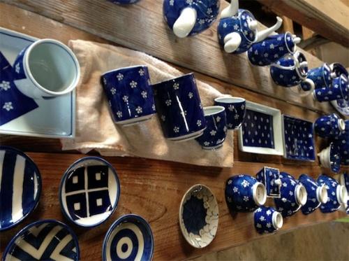 呉須(青の釉薬)で加飾された器