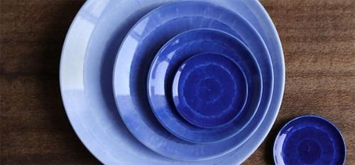 呉須の濃淡を5段階にして、濃み(だみ)という手法で加飾した器(写真:副久製陶所)