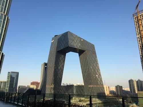 今冬の北京は青空が多い。北京のオフィス街「CBDエリア」から見た空もご覧のように青い(写真中央はCCTV=中国中央電視台の社屋、筆者撮影)
